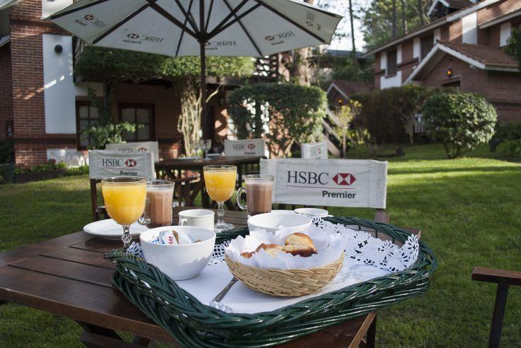Desayuno al aire libre en Posada del Bosque Carilo