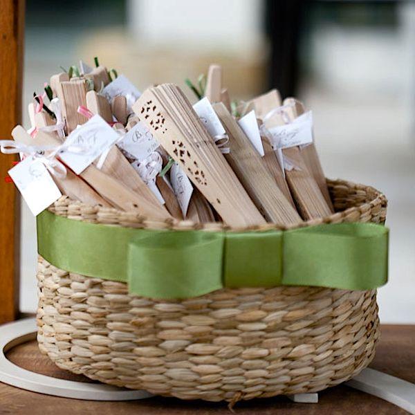Se o casamento for realizado em um ambiente aberto e quente, ofereça leques para seus convidados. É uma gentileza que vai deixar todos mais confortáveis.