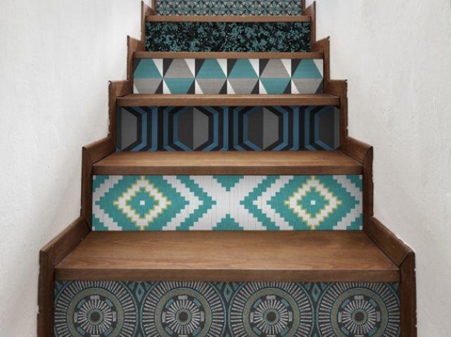 Chute de papier peint sur marche escalier