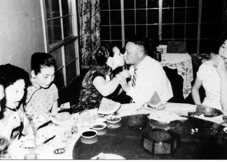 Jiang Fangliang and Chiang Ching-kuo's warm family photo
