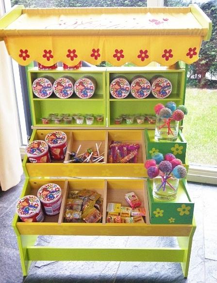 lekkers en mee naar huis: snoepwinkeltje, waar de kinderen zelf een snoepzakje mogen vullen