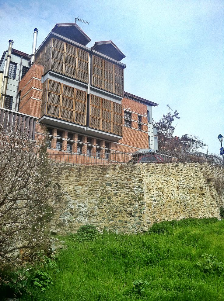 One of the most beautiful houses of Ano Poli that combines modern architecture with the traditional Macedonian style. Walking Thessaloniki app, Route 11- Upper Town C (Download for FREE) #modern #architecture #travel #guide #Greece #iPhone