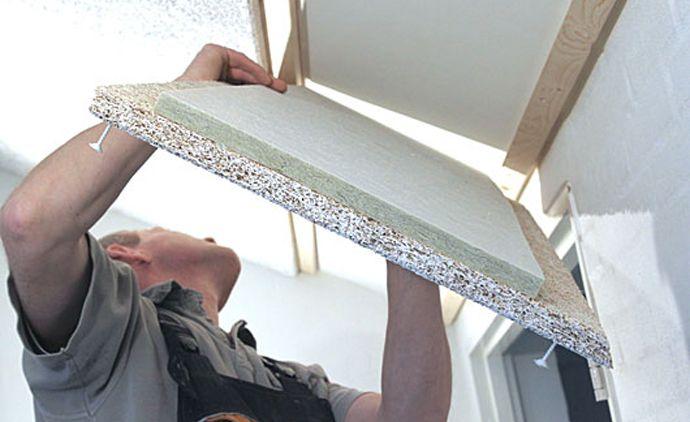 håndværkere monterer Troldtekt loftet oven på det eksisterende gipsloft