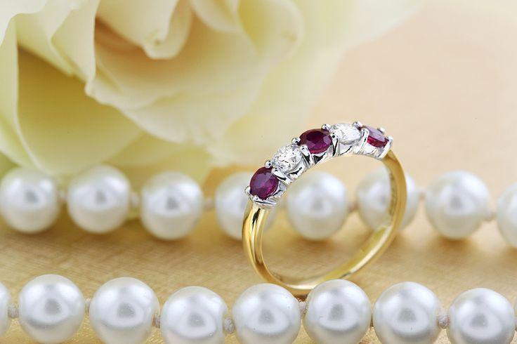Inel cu Rubin si Diamant Dama Aur Alb si Galben 18kt cu 3 Rubine Rotunde si 2 Diamante Rotunde in Setare Gheare - RDR350YW