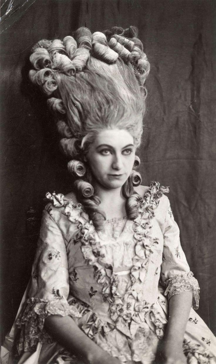 Historisch Louis XVI-kapsel, zoals Marie-Antoinette het droeg, haarmode. Vrouw in historische jurk met Louis XVI-kapsel. Nederland, 1922