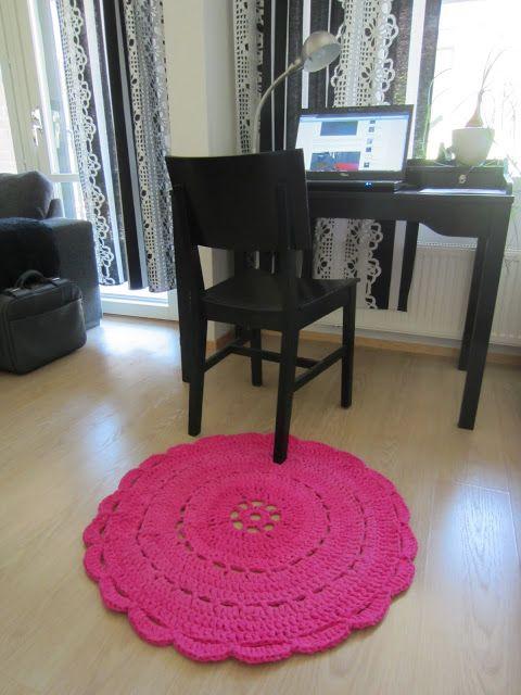 Tee-se-itse-naisen sisustusblogi: Värjätyistä lakanoista virkattu matto
