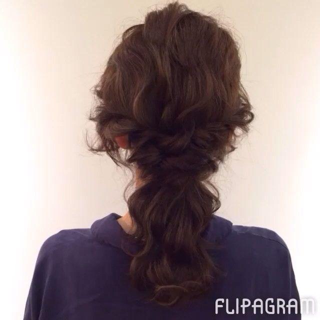 先日UPしたゴム3つのみのアレンジのプロセスです(*^^*) 3回結んでますが それぞれ全て結んでから 一回転クルリンパして ゴムの結び目らへんの髪を引き出してます。  ベースはストレートアイロンで波ウェーブして、 スタイリング剤は使ってません。  ぜひお試し下さい(*^^*) #hair#hairarrange#hairstyle#arrange#wadamiarrange#ヘアスタイル#ウェディング#ブライダル#ヘアアレンジ#ヘア#アレンジ#ファッション#ヘアメイク#メイク#愛知#名古屋#美容師#美容室#LOREN#lorensalon