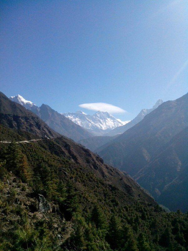 Поздравьте нас! Сегодня мы впервые увидели Эверест и Лохцзе!  А еще день был ознаменован теплой утренней встречей с Ромой Лежниным. Долгим дневным переходом, когда фазаны перебегали нам дорогу. Благословением ламы в монастыре Тянгбоче. И большим количеством красивого и уютного рододендронового леса.  Мы на 3900 и продолжаем двигаться вверх!  С трека к Базовому лагерю Эвереста http://hikeup.net/trekk/7/