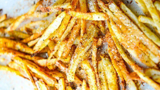 Křupavé hranolky dokážou být překvapivě uspokojující jídlo, a pokud je upečete v troubě místo smažení v oleji, nejsou ani nezdravé. Dodejte jim šmrnc pomocí parmazánu a pikantní kořenicí směsi.