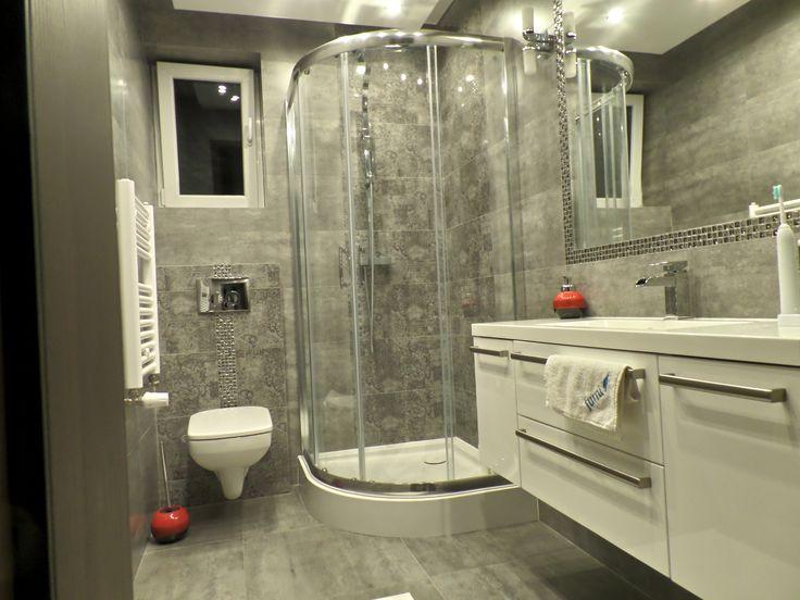 Dodanie do bieli w łazience elementów szarosci to bardzo dobry pomysł na nadanie pomieszczeniu modnego wyglądu. Zwycięska Łazienka Furni 2016 z szafką Athos 120 D.