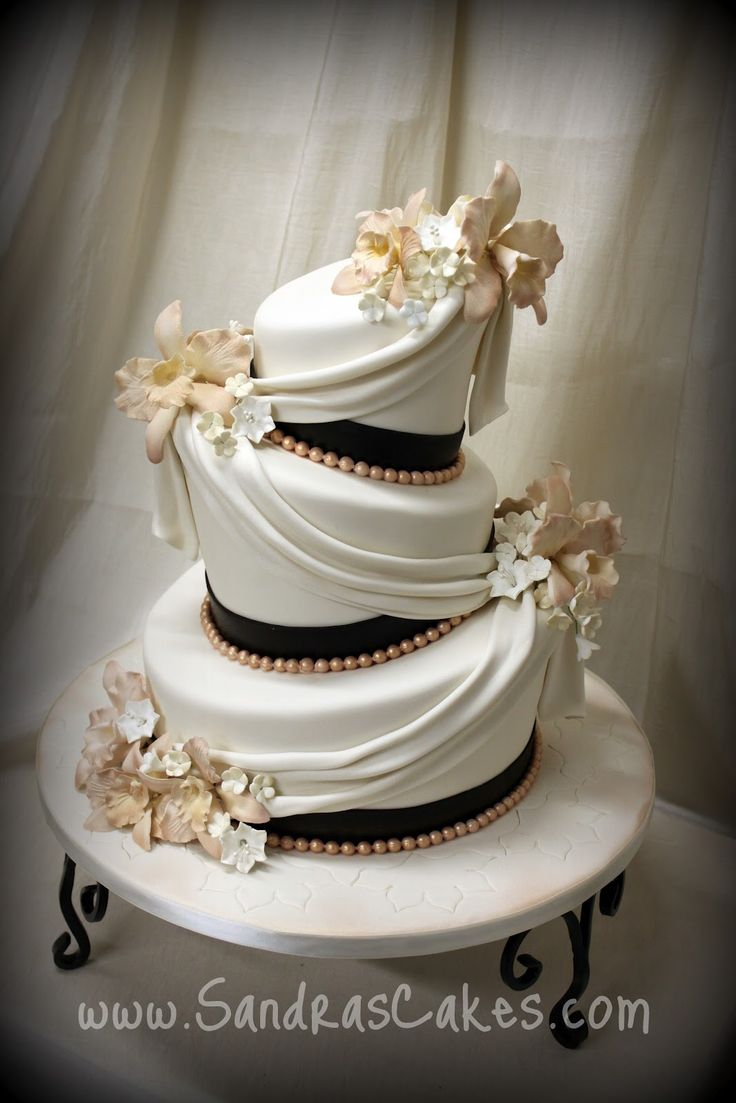 This Wedding Cake should be STRICTLY for those of us southern bells! Charming and elegant and just absolutely perfect!