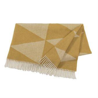 Het comfortable en warme plaid Rime van Nordic Nest is een geweldige accessoire voor uw bank, bed of favoriete fauteuil! Gemaakt van kwalitatief hoogwaardige wol is het plaid voorzien van een jacquard geweven patroon, geïnspireerd door rijp en kristalformaties. Het plaid wordt gemaakt volgens oude tradities in een textielfabriek waar reeds sinds 1936 textielproducten worden geweven. Verkrijgbaar in verschillende kleuren!