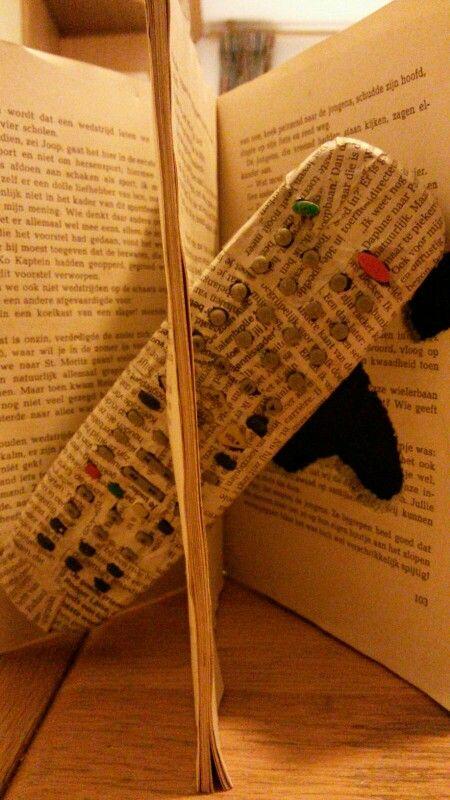 Afstandsbediening in het boek. Tegenvaller was dat het niet bleeft hangen/zitten. Daarom heb ik met een lijmpistool de afstandsbediening vast gelijmd.