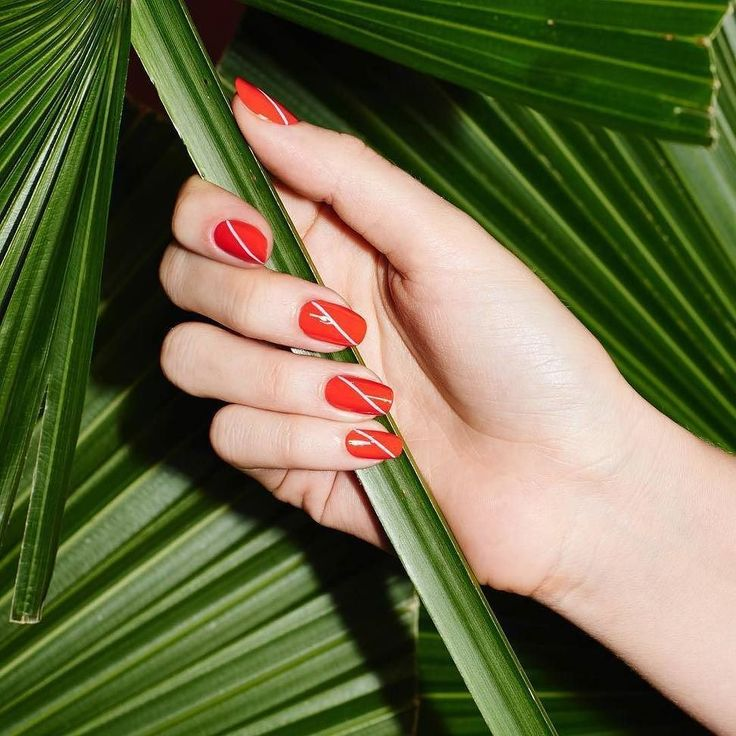 This nail art from @paintboxnails surely makes me want to change my nail design ASAP. What do you think ladies? #manicure #nailart #naildesign