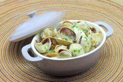 Palourdes au vin blanc des coquillages servis avec une sauce crémé au vin blanc en entrée ou pour l'apéritif