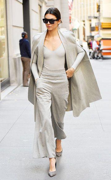 Fast hätten wir Kendall Jenner mit ihrer Schwester Kim Kardashian verwechselt. Diesen hellgrauen Monochrom-Look aus Body, Cape und XL-Hose würde Kim sicher genauso tragen.