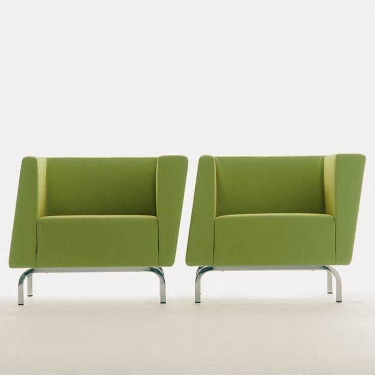 """TILT, poltrona di design dal particolare effetto """"tilt"""". Una vera opera d'arte dell'interior design che fa parte di una collezione che comprende anche il divano e il pouf progettata dall'architetto newyorchese Katherine Krizek."""