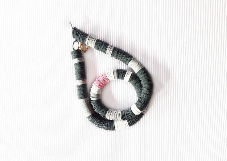 Gioiello di carta, collana di carta a righe grigie bianche e rosa, collana leggera, collana moderna, gioiello contemporaneo di AlfieriJewelDesign su Etsy