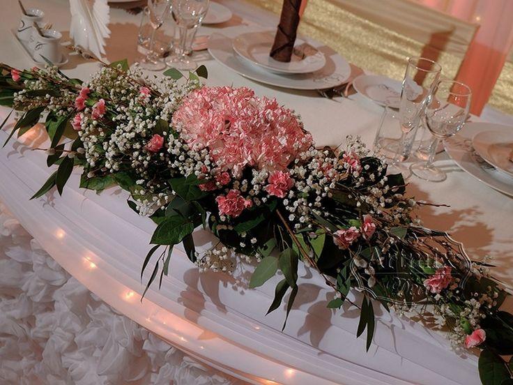 Цветочная композиция на стол молодожен из гвоздике. Благородный цветок гвоздика.