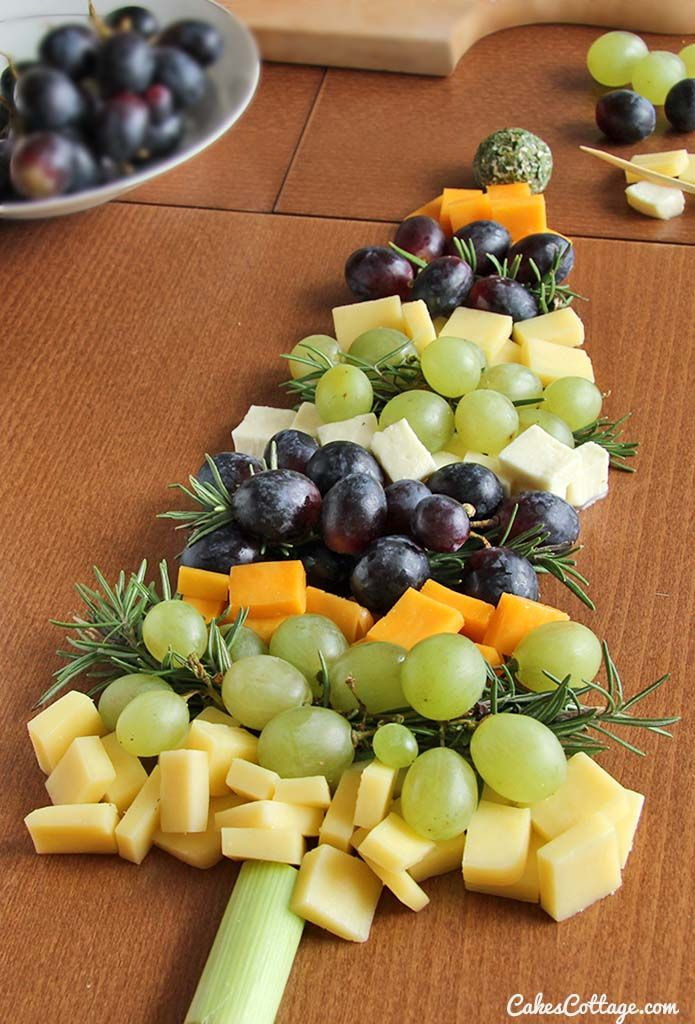 Looking for a fun and simple appetizer idea for the holiday season? Make this Christmas tree from different flavored cheese cubes and grapes. #christmas #cheese