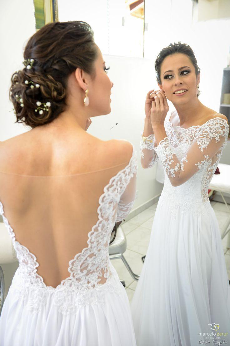 Vestido de noiva com renda, casamento diurno.