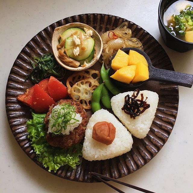 Today's breakfast. 朝昼ごはんでこんにちは 今日は和風ハンバーグでワンプレートでした ちえみちゃん( @tsuuchi_chiemi )にもらったパクチーソルトをれんこんチップスにパラリ 大変美味しゅうございました🙏 みなさま引き続き楽しい土曜日を☺︎ * 和風おろしハンバーグ トマトの胡麻和え おかひじきの柚子胡椒マヨ和え ズッキーニクリチなめ茸 結び白滝 蓮根チップス 枝豆 梅むすび 昆布むすび 豆腐とわかめの味噌汁 マンゴーa50a