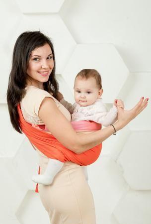 """Мамарада Слинг с кольцами Коралл размер М  — 1821р. ------------ Слинг с кольцами позволяет носить ребенка как горизонтально в положении """"Колыбелька"""" так и в вертикальном положении. В слинге в положении """"Колыбелька"""" малыш располагается точно так же, как у мамы на руках, что особенно актуально для новорожденного. Ткань слинга равномерно поддерживает спинку малыша по всей длине. Малышу комфортно и спокойно рядом с мамой. Мама в это время может заняться полезными делами или прогуляться. В…"""