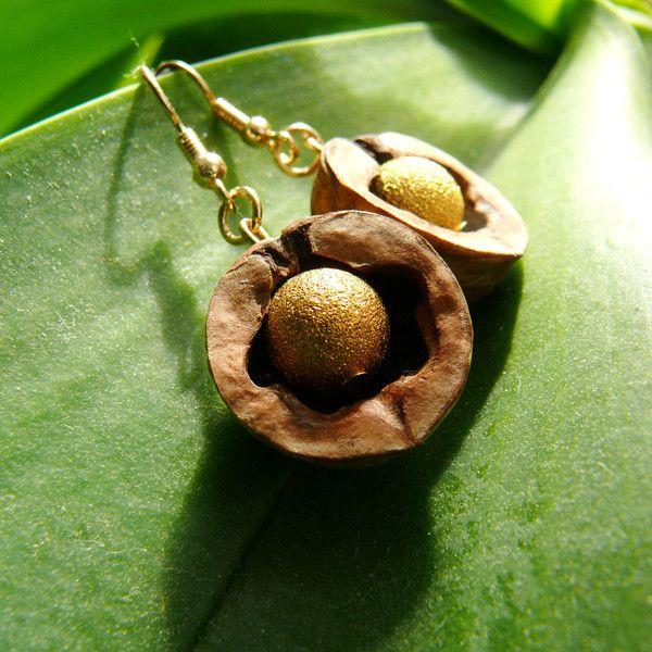 Walnuss-Ohrringe mit Goldperle von Schatzknecht auf DaWanda.com
