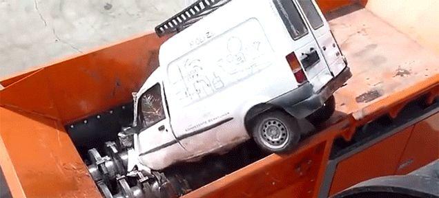 Des voitures dans une déchiqueteuse industrielle