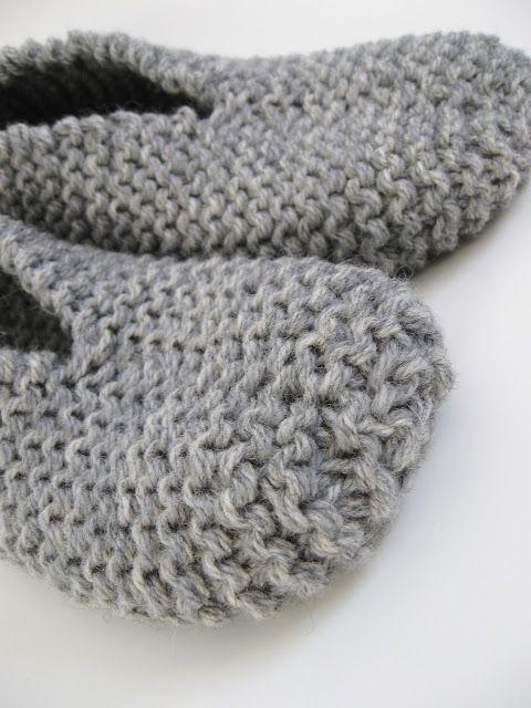 Ces pantoufles faites au tricot sont chaudes et épaisses. Un projet facile et rapide qui se tricote avec 2 brins de laine. Je l'ai t...