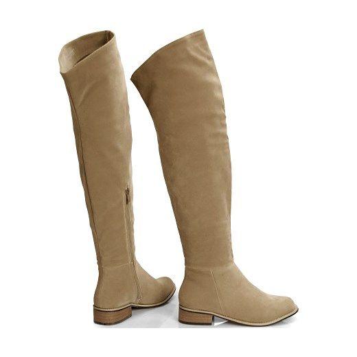Bardzo kobiece oficerki charakteryzujące się szczególnym krojem charakteryzującym się łamaniem w kolanie. Doskonale nadają się do noszenia w okresie jesienno – zimowym, ponieważ od środka wyłożono je cieplutkim i miękkim w dotyku futerkiem. Buty można nosić z odwiniętą i wysoką cholewką. Doskonale sprawdzą się w każdej stylizacji. Wszyty po wewnętrznej strony łydki zamek błyskawiczny ułatwia wkładanie butów.