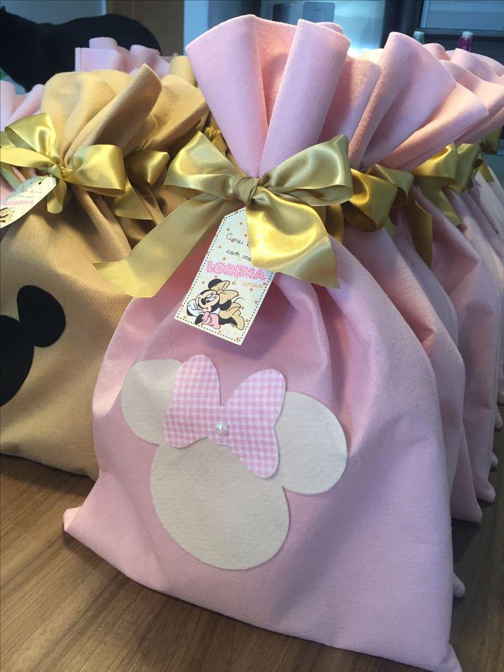 Saco em feltro para lembrancinha de aniversário Minnie rosa e dourado por ARTEIRICES DA LILI