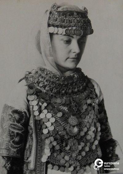φωτογραφία της Ελίζας Γεωργιάδη με φορεσιά Αττικής. Συλλέκτης: Peloponnesian Folklore Foundation   Ίδρυμα: Europeana Fashion  www.europeanafashion.eu