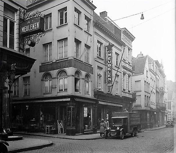 De huizen aan de Kammenstraat vanaf de Gierstraat tot de Reynderstraat. Op de linkse hoek is In 't Meuleken een kledingzaak, rechts meubelen Red Star in twee panden. Verder de Bergstraat -1932.