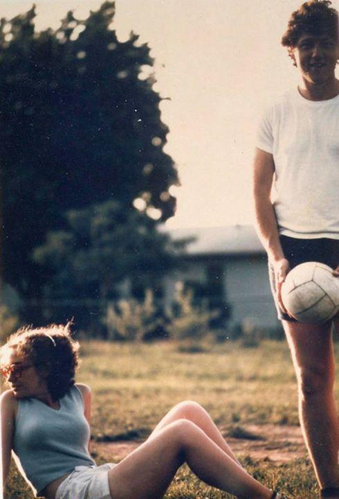 Молодые Билл и Хиллари Клинтон играют в волейбол. США. 1975г.