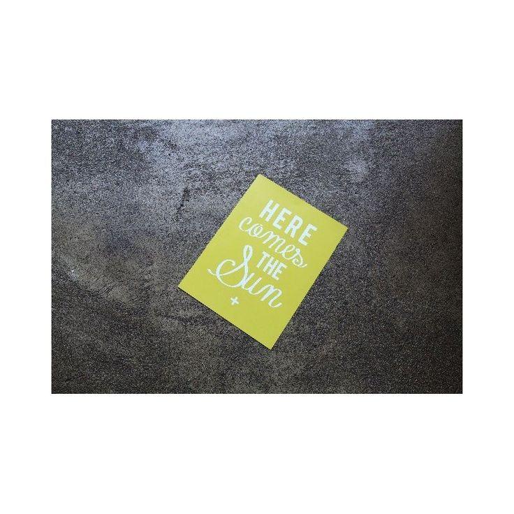 Poésie et douceur avec l'affiche Here comes the sun Cinq Mai de Caroline Briel à découvrir sur Initial Déco