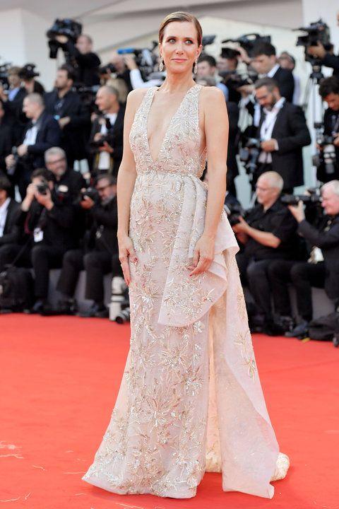 Desde o dia 30.08 acontece em Veneza, na Itália, a 74° do festival de cinema da cidade. Com um line-up afiado, de onde saem muitos dos candidatos ao Oscar, importantes nomes do cinema internacional como Julianne Moore, Jane Fonda, Amanda Seyfried, Octavia Spencer, George Clooney, Jennifer Lawrence e Matt Damon cruzam o tapete vermelho. Festival em que Tom Ford estreou como cineasta, em 2009, e levou o Grande Prêmio do Júri por Animais Noturnos , em 2016, é lá que a Miu Miu lançou o novo…