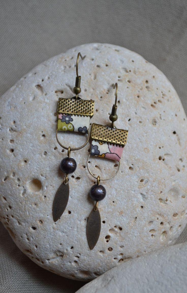 Boucles d'oreilles avec tissu beige et anneaux bronze : Boucles d'oreille par libelula-crea
