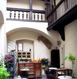 Cafe Magia, zlokalizowana w zabytkowej Kamienicy Hipolitów, będącej budynkiem Muzeum Historycznego Miasta Krakowa, przy Placu Mariackim 3.