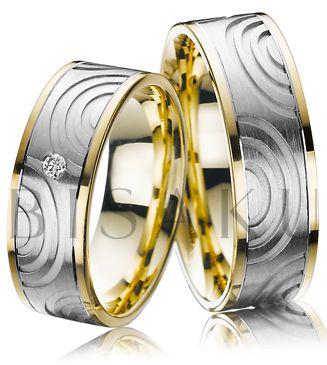 A47 Secesní umění a především jeho ornamentálnost spolu se zlatou barevností, se staly inspirací pro tyto snubní prsteny. Na první pohled zaujmou dekorem, který je velmi výrazný a navíc umocněný kombinací žlutého zlata. V dámském prstenu je jeden briliant. #bisaku #wedding #rings #engagement #brilliant #svatba #snubni #prsteny
