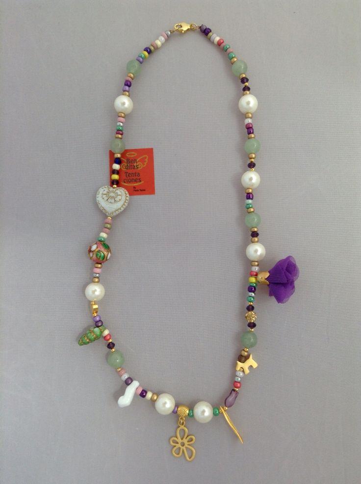 Collar con perlas de nácar, jade y dijes con baño en oro de 24k. Ref.p122. benditas_tentaciones@yahoo.com