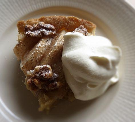 Recept på Päronkaka. Enkelt och gott. Kakor med mandelmassa i tenderar ofta att bli för söta, men den här är precis lagom. Det beror på att inget socker tillsätts i fyllningen utöver det som ingår i själva mandelmassan. Fyllningen har en lätt mandelton som passar fint till päronen. Allra godast blir det om man maler hela kardemummakärnor i mortel, för de smakar så mycket mer än färdigmalen kardemumma i påse. Och som bonus får man njuta av alla ljuvliga aromer som sprider sig i köket. Servera…