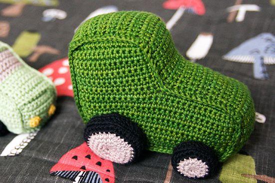 Bilen som tittar fram kom ju med i min bok, men mönstret till traktorn blev liggande. Tills jag fick frågan häromdagen, om det gick att få t...