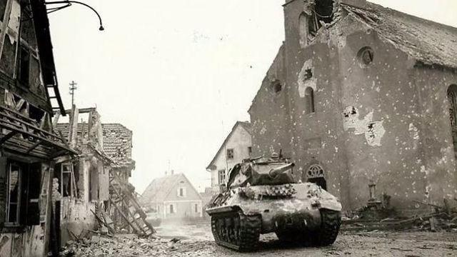 En la primera foto puedes ver un tanque destructor M-10 avanzando en la ciudad de Rohrwiller, en una imagen tomada en febrero de 1945. A su alrededor se aprecian los daños sufridos por los edificios de la localidad durante la batalla.