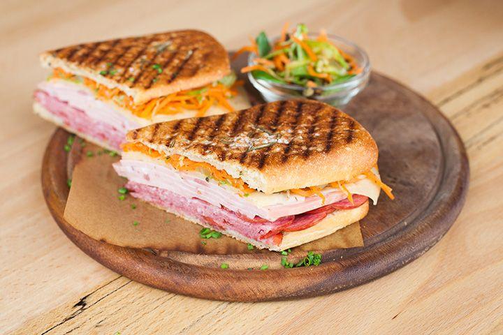 Орлеанский сэндвич (салями, мортаделла, грюйер, салат с маринованными овощами и оливками)