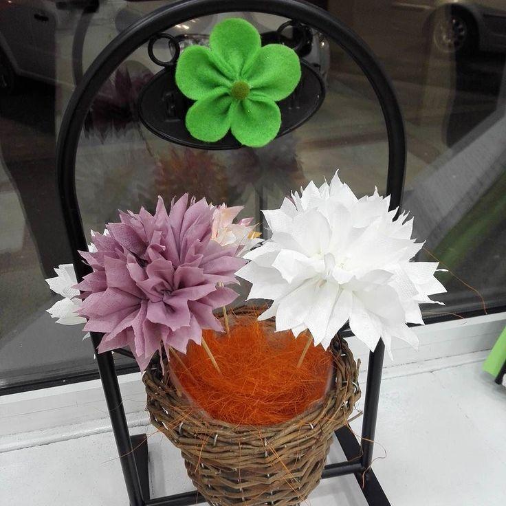 Sa vina primavara!!! Chiar si o floare de hartie poate aduce soare si zambet. Pret: 2 lei  #manukdeco # handmade #floridehartie #spring #caramelobyvero #flori