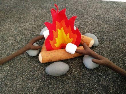Feu de camp en feutrine (rembourrage fibre de polyester) pour les aventuriers en herbe.   Le lot comprend :  - 1 feu en 3D - 3 bûches(23 cm) - 6 galets - 2 branches d'arbre  - 17776788