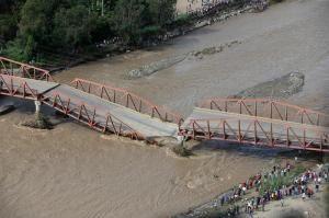 Cuatro desaparecidos al colapsar un puente por la crecida de un río en Perú