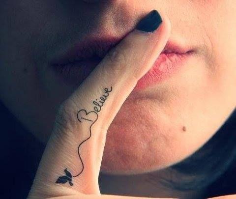 """Pequeño Tatuaje con la palabra """"Believe"""" en el dedo índice, palabra que en castellano signifíca """"Creer""""."""