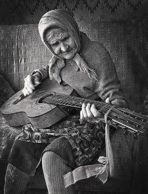 Yaş dediğin nedir ki, Tazecik ruhum var benim... Deli diyorlar bana.. Desinler... Delinin de delisiyim... Ey yıllar ey ! Siz geçip gidin... Umrumdamı sanki, Sizinle büyümedim.. 40, 50, 60 ne farkeder ? Ben hep 17' yim ...